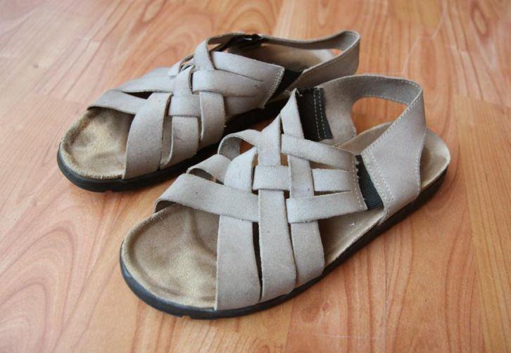 Beige suede sandalen  Maat 41 slippers leer leren vintage Prijs: € 7,00