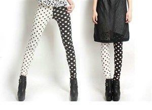 El blanco y el negro se llevan muy bien mirad que hermoso este leggin de lunares, entra en nuestra tienda online