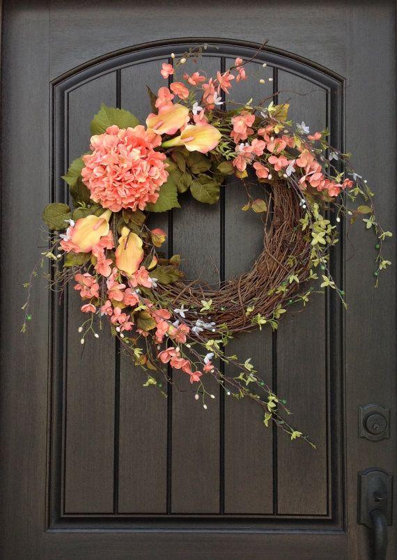 Een origineel ontwerp door een buitengewone geschenk ©  Verbluffend design! Dit ontwerp geeft af een dergelijke gastvrije gevoel. Dit ontwerp is gemaakt met pioenroos gebladerte takken, perzik lelies, perzik/koraal florals en een prachtige perzik Hortensia. Ik hou van de toegevoegde natuurlijke gevoel van de bloeiende takken. Adembenemend!  Dit ontwerp meet ca. 20-inch in diameter en uit te breiden tot 34 en zou kijken prachtig op elke deur of wand in uw huis.  Ik zal het maken van uw…