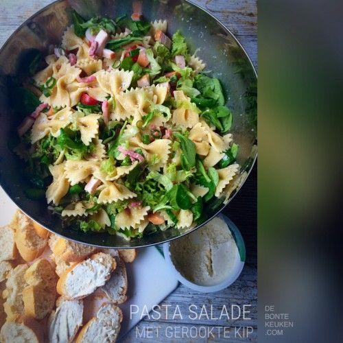 DeBonteKeuken: Pasta salade met gerookte kip.  Wij houden van pasta en salade! Lekker in de zomer met een stukje brood als avondeten ipv bbq.  (farfalle, gerookte kip, spekblokjes, sla, veldsla, lente uitje, bosui, cherrytomaat, kruiden roomkaas, makkelijk, gezond, lunch, barbecue)