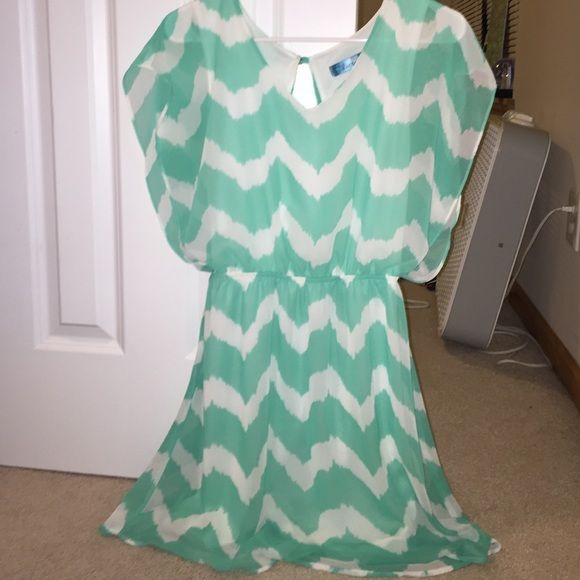 Francesca's dress Beautiful green/blue color dress. Chevron print. It has a open slit in the back. Double lined white under and the chevron on top. Very flowy and slimming. Can't find size sticker, would best fit a Medium. Francesca's Collections Dresses