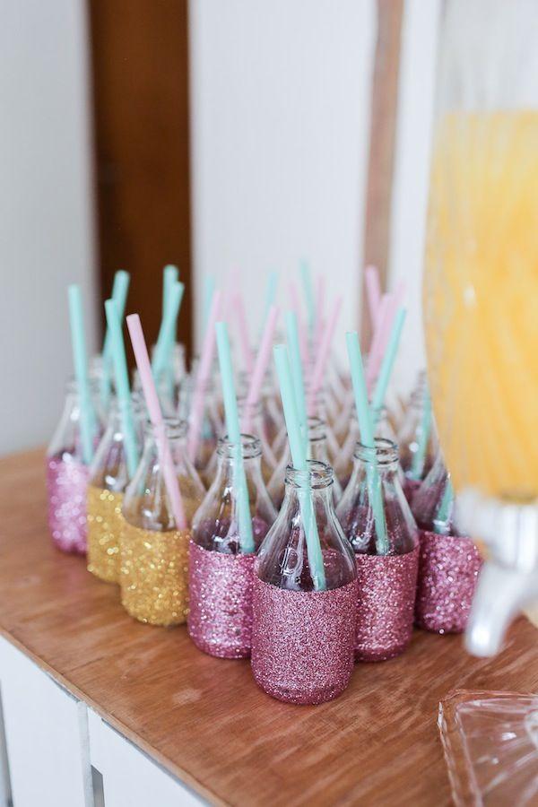 Garrafinhas cobertas com glitter para compor a ilha de sucos da festa com tema Doces sonhos, aniversário de 1 ano da Branca, filha da fotógrafa Rejane Wollf. Foto: Bia Soave