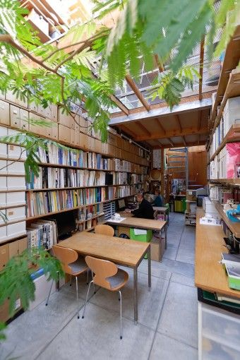 通り側から奥を見る。奥行きがあるため実際より広く感じる。 Optimizing that space for book storage, nice!
