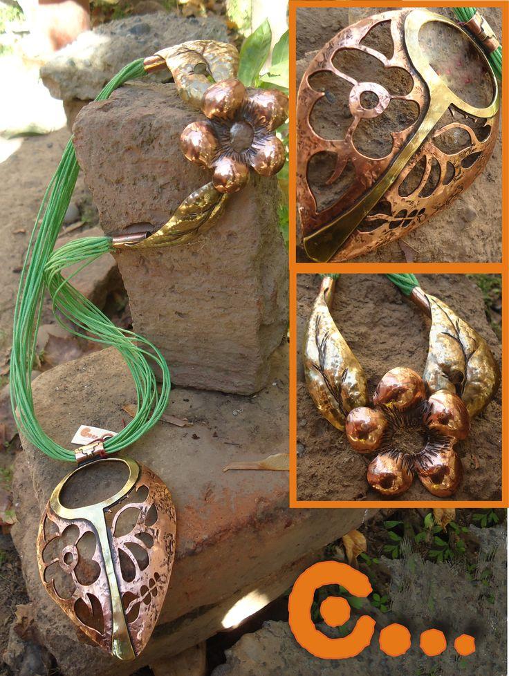 Collar de cobre y aplicaciones de bronce, broche de flor. (Colgante simula Calavera Mexicana)