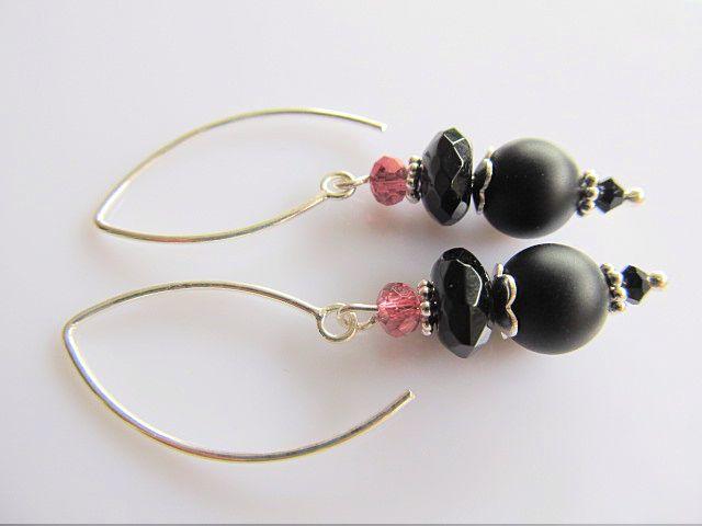 Oorbellen Tara matte onyx met onyx rondel facet en roze kristalglas facet rondelletje en grote zilveren oorhaak. geheel zilver