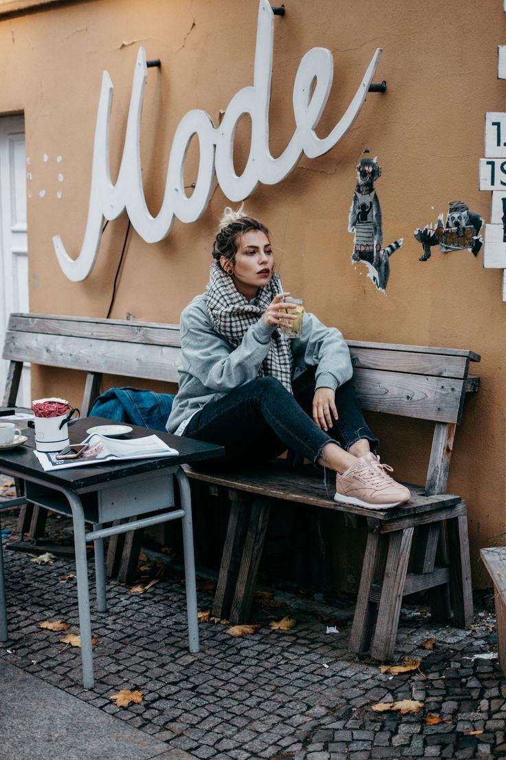 Wochenrückblick #42 | Fashion Blog from Germany. Grey sweatshirt+dark cropped denim+blush sneakers+denim jacket+plaid scarf. Fall Casual Outfit 2016