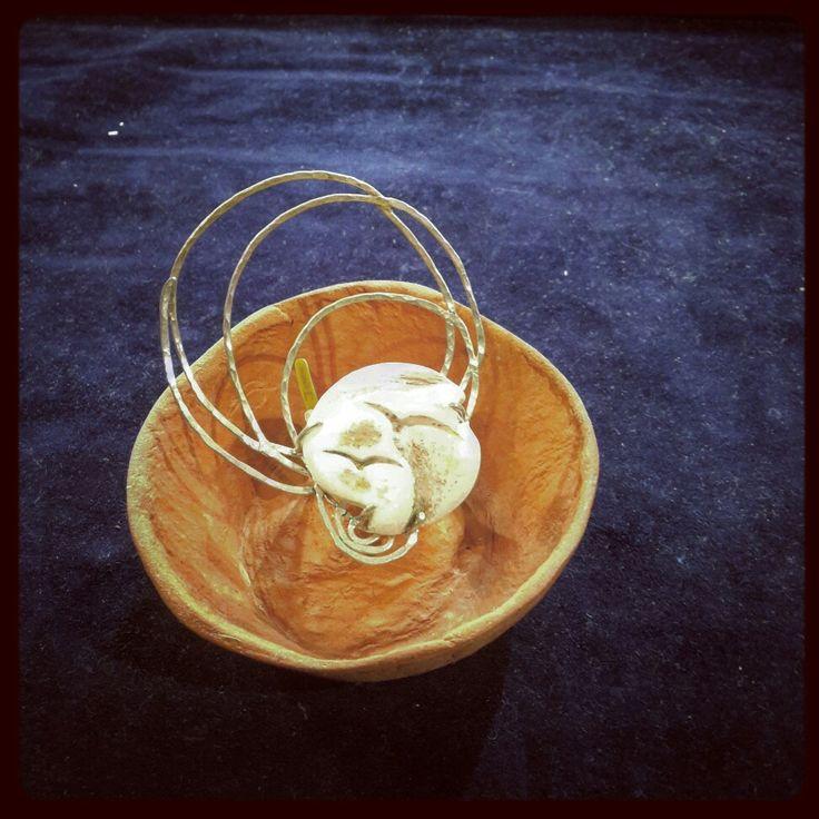 Κοσμήματα από μάρμαρο.   Handmade silver hammered ring with marble ( carved sea gull ).