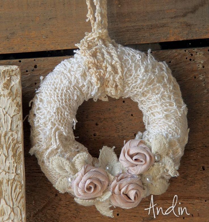 Růžičkový věneček jen tak, pověsit Krajkový věneček ve styu shabby chic je zdoben ručně tvořenými růžičkami pudrově růžové barvy, perličkami, krajkovými lístky. Shabby závěsné poutko Průměr 10 cm