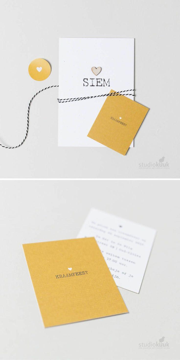 Minimalistisch geboortekaartje meisje of jongen met houten hartje. Maak het af met een okergeel uitnodiging voor je #kraamborrel en een okergele #sluitsticker. Vintage #geboortekaartje | Hout | Ambachtelijk drukwerk