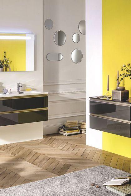 Salle de bains avec des murs peint en jaune vif, rangement pratique à 4 tiroirs
