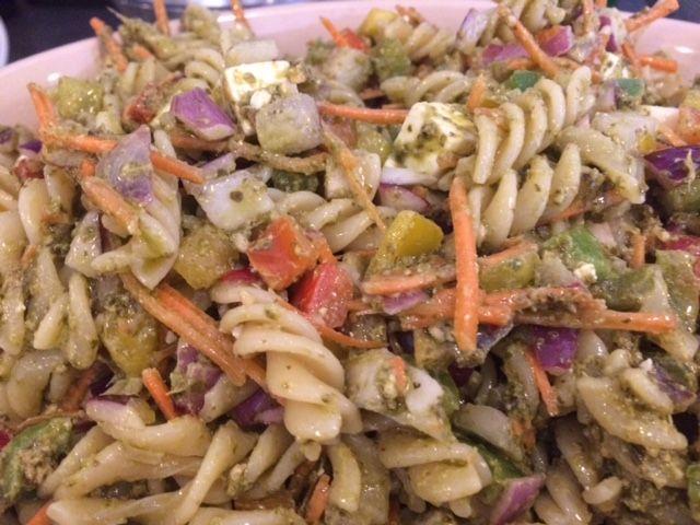 Pastasalat med pesto og grønsager
