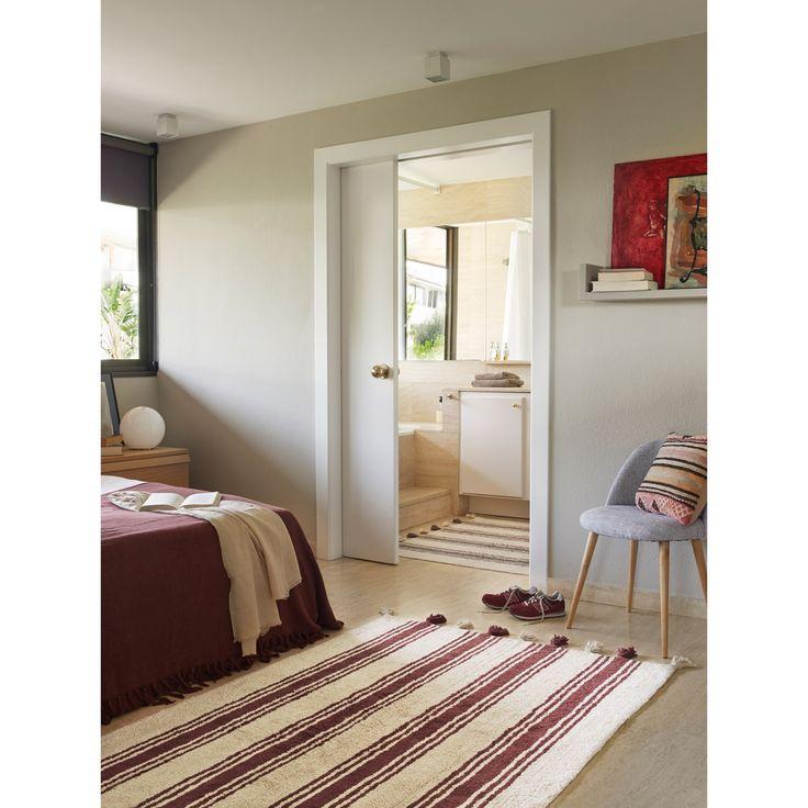 Le tapis rayé marsala grenat sur fond crème avec pompons  de la marque Lorena Canals apportera la touche décorative et tendance à la chambre de votre enfant. Confortable et robuste, il a le grand avantage d'être lavable en machine.