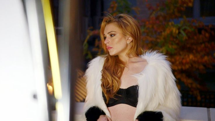 A magazine cover shoot is plagued with drama when Lindsay Lohan's lateness threatens its completion.
