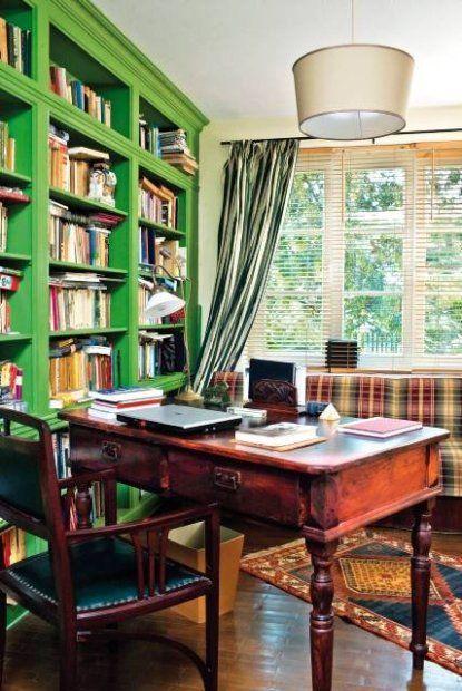 BIBLIOTEKA 13: Biblioteka w razie potrzeby pełni też funkcję dodatkowej sypialni. Gdy przyjadą goście, stojąca pod oknem kanapa w kraciastym obiciu zmienia się w dwuosobowe łóżko.