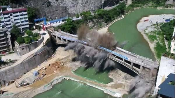 چین میں44برس پرانے پْل کو دھماکا خیز مواد سے سیکنڈوں میں ملبے کا ڈھیر بنادیا گیا