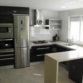 Cocina abierta al comedor muebles hechos con laminado for Pintura a color cocina abierta