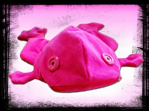 Kaikki yhdest Koo'st: Roosa nauha -huutokauppa 4.10. / Pink frog with warming oat sack for pink ribbon auction.