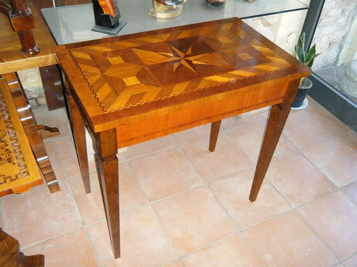 Tavolino lastronato con diversi tipi di legno