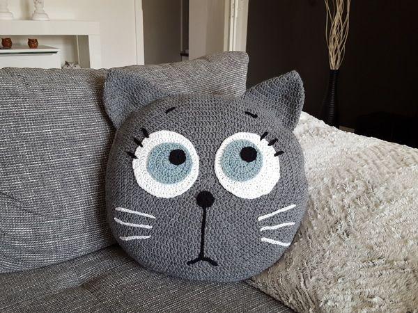 Das Kissen mit der motzig-launischen Katze ist nicht nur weich + kuschelig, sondern unverzichtbar. Probiers gleich aus mit dem Häkeln. Viel Spaß dabei.