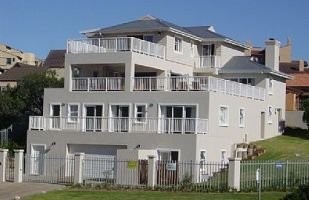 This is house is a spacious, north facing home with excellent proximity to Robberg beach (200m walk). It has 6 bedrooms, 4 of which are en-suite.