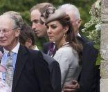 Comme souvent le prince William s'est montré très protecteur et gentleman avec son épouse Catherine.    Le prince William et Kate Middleton, ainsi que le prince Harry, le comte Charles Spencer et sa nouvelle épouse, ou encore Lady Kitty Spencer, étaient le 9 juin 2012 au mariage d'Emily McCorquodale, nièce de la regrettée Lady Di, avec James Hutt, dans le Lincolnshire.