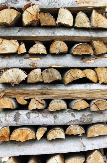 Learn how to stack firewood to get the most from your efforts and the wood. Here's how to stack firewood to maximize drying and minimize smoky fires: