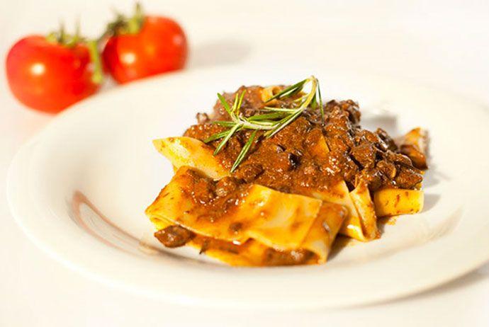 Il Ragù di Cinghiale è un sugo o condimento tipico toscano dal sapore intenso di selvaggina. Ecco ricetta, abbinamento vino, storia, calorie.
