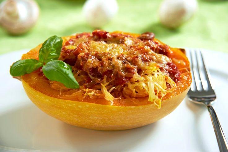 Gefüllter Spaghettikürbis mit Tomatensauce und Champignons - Spaghettikürbis ist die Rettung für alle, die sich low-carb ernähren, aber auf Pasta nicht verzichten wollen. Wie wäre es mit einer Füllung aus Tomaten und Pilzen?