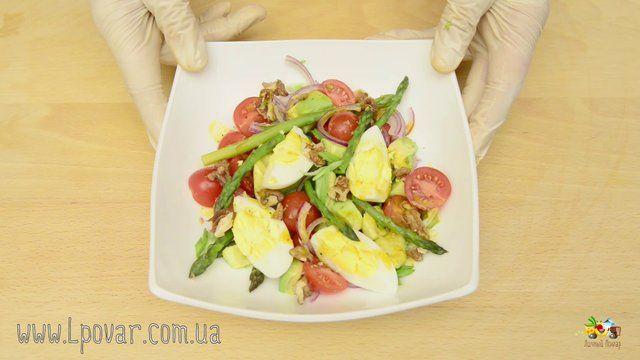 Салат с авокадо, яйцом и спаржей