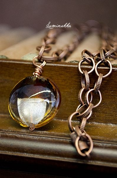 Tigra, kaulakoru kuparinväristä korumetallia, lamppufoliohelmi ja ruuvattava lukkomekanismi  Tigra, necklace, copper-colored metal chain, lampworked glass bead and screw lock
