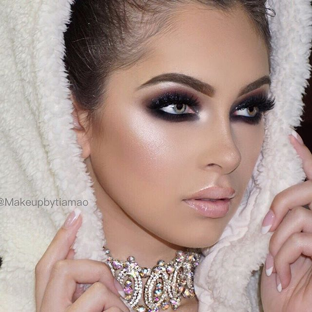 Let it Glow ✨❄️✨❄️✨ Modern Renaissance on the eyes Soft Brown Dip Brow set with Clear Gel @anastasiabeverlyhills @benefitcosmetics Stay Don't Stray Primer Glamrock and Spandex Glitter @urbandecaycosmetics  StarLight Illuminator by @anastasiabeverlyhills @Norvina  Butter Cream @gerardcosmetics  Maybellin FitMe Foundation #120 @Maybelline  Tarte Shape Tape Concealer @tartecosmetics Translucent Powder @lauramercier London Lashes by @pinkyrosecosmetics  Model: @rebeccawhiteofficial
