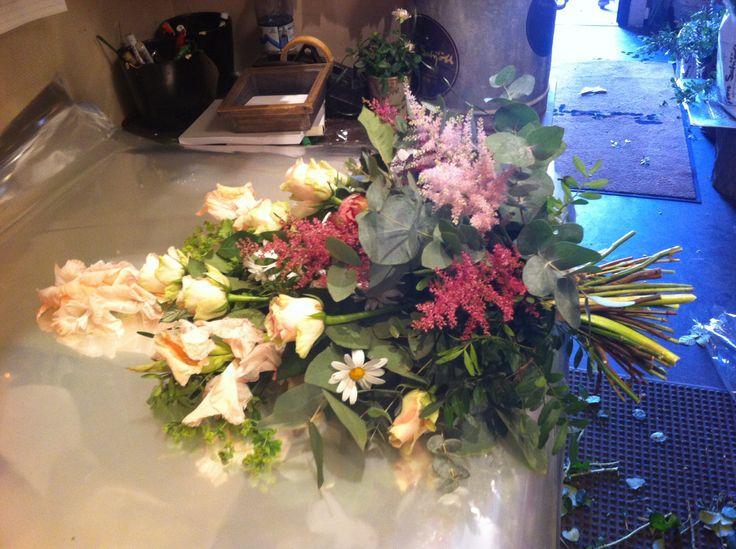 Fikk oppgave om å lage tre bestillinger fra Interflora. Første bestillingen var en bårebukett. Bårebuketten var til en dame. Denne gangen ble jeg mer fornøyd med formen, enn det jeg gjorde forrige gang.