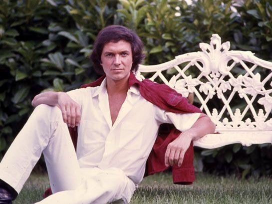 Camilo Sesto en el jardín de su casa.
