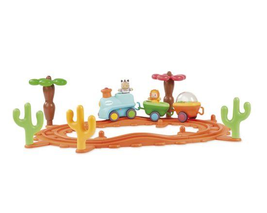 Smoby Cotoons Музыкальная железная дорога  Красочная железная дорога от Smoby и персонажи Cotoons, которые представлены веселой зеброй и добрым львенком, непременно порадуют вашего малыша.   Паровозик со зверюшками двигается по железной дороге в такт музыке, а они подтанцовывают. Ведет состав зебра, а львенок сидит в одном из двух вагончиков, а во втором находятся разноцветные шарики, забавно подскакивающие под мелодию. Музыкальная железная дорога заинтересует как мальчиков, так и девочек…