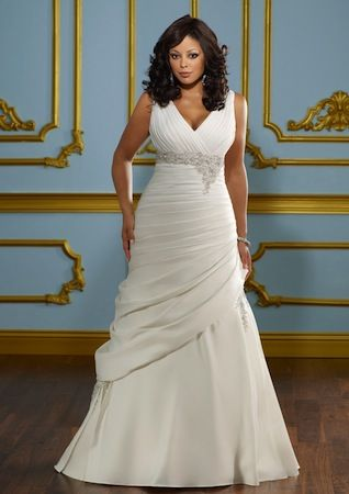 "Robe de mariée blanche ou ivoire ""Pretty"" collection ""Jolies Formes"" Longue robe pour mariage avec petite traine. Manches courtes decolleté col v avec broderies et perles. Robe disponible en grande taille. En vente sur www.robe-discount... Wedding Dress white or ivory ""Pretty"" Long dress for wedding with little train. Plus size. Short sleeve v-neck neckline with embroidery and beads. #weddingdress #wedding #mariage #weddinginspiration #bridal #dress #dresses #robe"