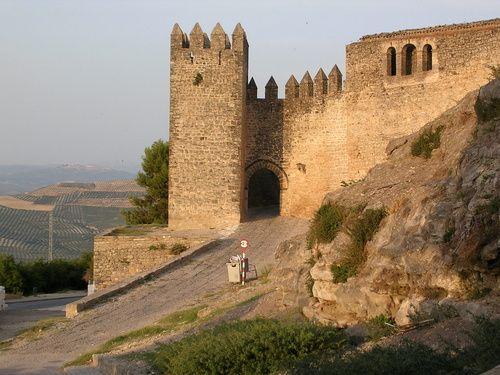 CASTLES OF SPAIN - Castillo de Sabiote (Jaén). Fue construido en el siglo XIII,. Su aspecto actual , no es debido a sus comienzos, sino a la reconstrucción del siglo XVI ordenada por Don Francisco de los Cobos, secretario de Carlos V, con el fin de convertirlo en palacio-residencia. Lamentablemente, el castillo fue expoliado y volado por las tropas napoleónicas durante su ocupación, por lo que interiormente sólo queda el esbozo de lo que fue una destacada obra de arte.