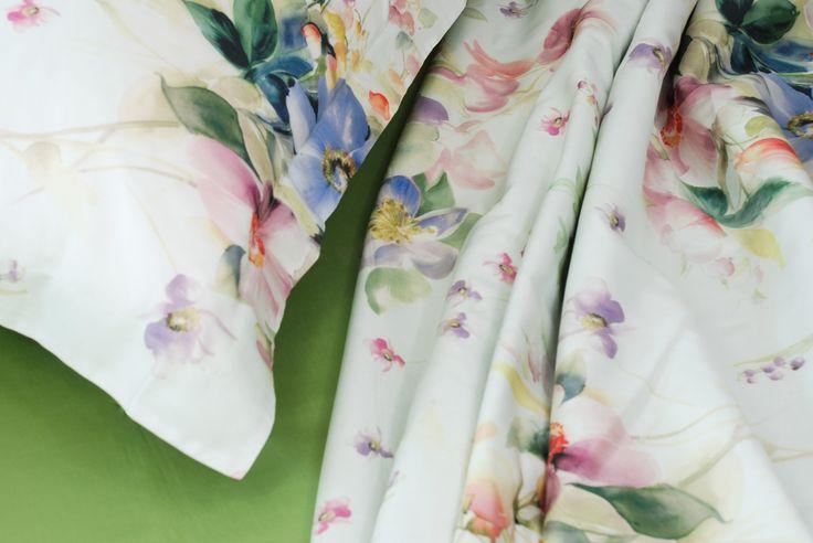 """Secret Garden : prezioso tessuto in raso 60 per questa fantasia floreale ispirata dal celebre romanzo di FRANCES HODGSON BURNETT:"""" In mezzo all'erba, sotto gli alberi, nei vasi grigi delle nicchie, si scorgevano pennellate bianche, d'oro, di porpora; sopra la sua testa gli alberi erano rosa e bianchi, e ovunque si udivano battiti d'ali, suoni flautati, ronzii, dolci profumi."""