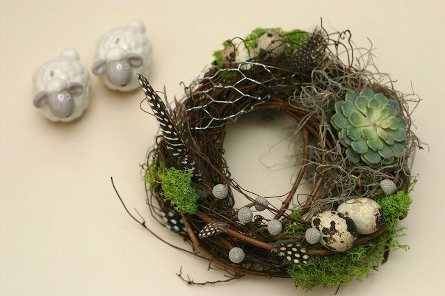 Flowers of Soul: Cutie din lemn cu coronita lucrata manual, decoratiune din metal sub forma de ou si lumanare din ceara de soia