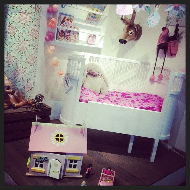 Sprell Storo har hatt pusset opp barnerommet i dag ;) #rosa #barnerom #sebra #letoyvan #brigbys #cable&cotton #kili #kili-seng #oliverfurniture #sprell #vår #leker #sprellstoro