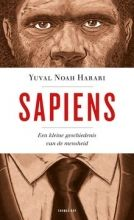 Het is niet niks om je met je eerste boek aan te wagen: de geschiedenis van de mensheid, van onze begindagen (zeventigduizend jaar geleden, toen homo sapiens een 'onbeduidende diersoort' was, 'die zo'n beetje zijn eigen gangetje ging in een uithoek van Afrika') tot onze moderne technologie die misschien wel een heel nieuw tijdperk in zal luiden, waarin wijzelf zijn vervangen door cyborgs die nog maar weinig van de originele sapiens weg hebben. Yuval Noah Harari, die middeleeuwse en…