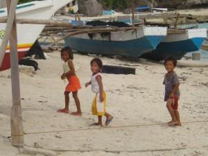 Egal wo man auf Bantayan Strände sich erholt es tauchen meist schnell einige Kinder auf die mal neugirig sich die Touristen anschauen wollen. Dabei sind sie aber eher selten aufdringlich