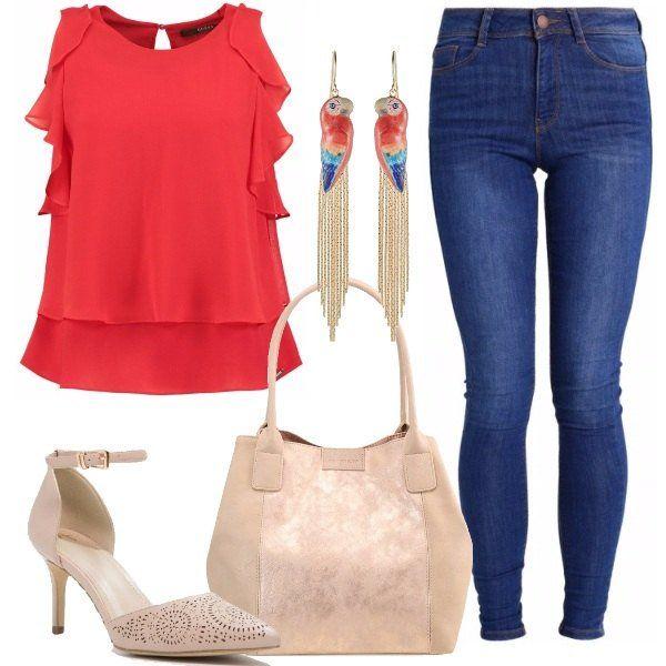 Jeans skinny alla caviglia, a vita alta, camicetta Guess senza maniche, con volant, sui toni del rosso, décolleté nude, borsa in tinta ed orecchini pendenti colorati, in vetro e metallo, che regaleranno al vostro look un tocco originale.