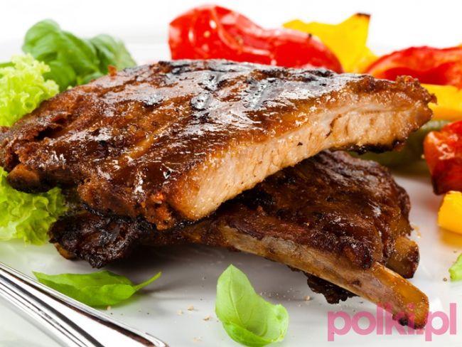 Słodko-ostre żeberka z grilla - przepis na fantastyczne danie prosto z rusztu. Zobacz, jak przygotować smaczne grillowane skrzydełka.