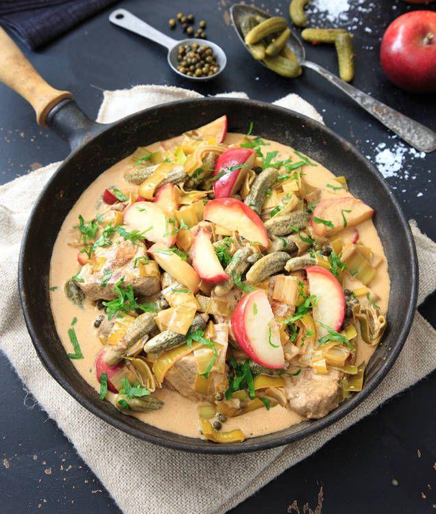 Fläskfilé, grönpeppar, senap, konjak och cornichoner. Kan den här krämiga grytan bli annat än god? Klyftpotatis eller potatismos är gott att servera till.