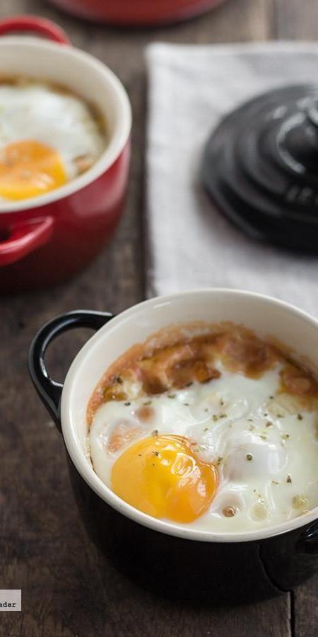 Huevos al horno con falso pisto y provolone. Receta