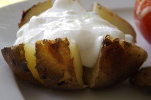 Újkrumpli grillen, fokhagymás, újhagymás tejföllel