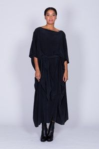 Aura från Rodebjer är en elegant och mångsidig sidenklänning i mattsvart. Klänningen har en flytande, lös silhuett och ett justerbart bälte som enkelt knyts framtill, baktill eller hålls löst hängandes i sidorna. En fantastisk klänning till vardags eller fest.