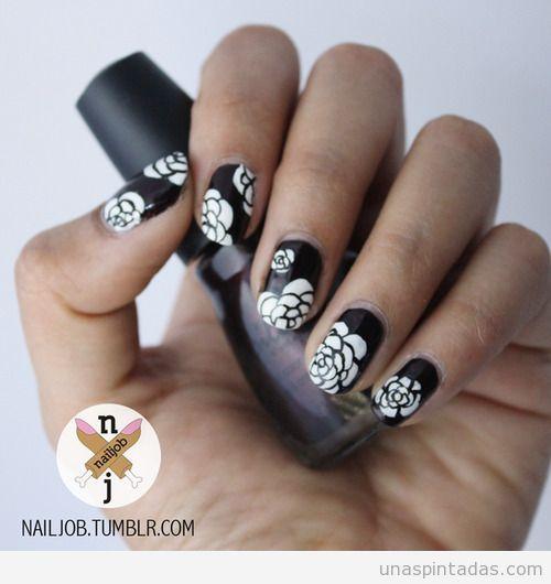 Diseño de uñas elegante, fondo negro y flores blancas