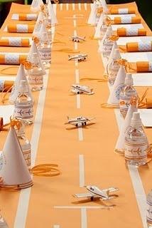 Table Setting Ideas for Parties - cute runway for plane party // Mantel e ideas para mesas en fiestas de aviones o de viajes