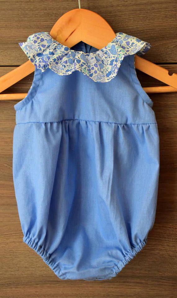 Jolie barboteuse pour bébé. Elle est cousue dans un tissu bleu avec un col volanté en liberty. Boutons à lentrejambe pour faciliter le change de lenfant. Elle peut être réalisée sans manche, mais je peux également ajouter des manches longues pour cet automne. Taille 12 mois
